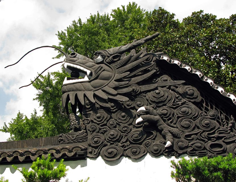 Dragone all'ingresso del Giardino del Mandarino Yu a Shanghai