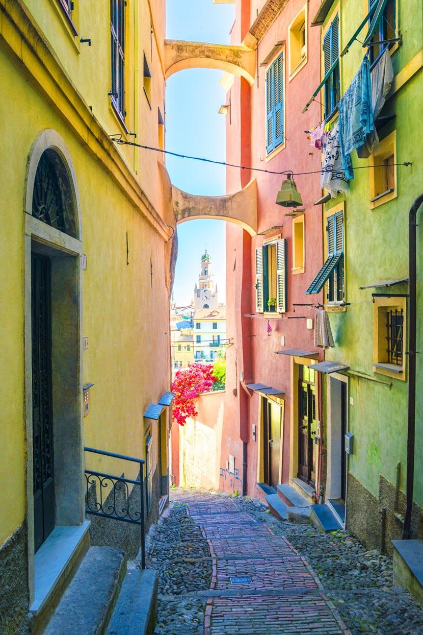 Coloratissimo scorcio tra i carrugi di Sanremo