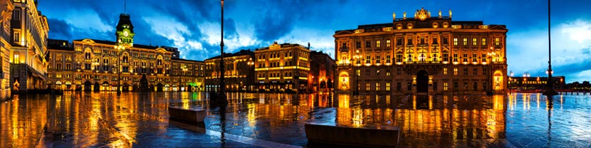 Piazza della Libertà Trieste di notte