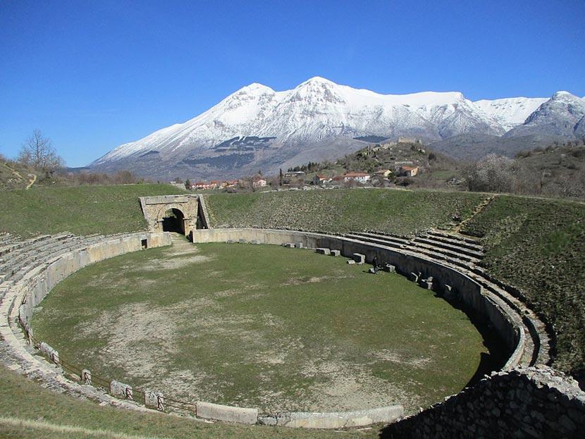 Anfiteatro romano Alba Fucens a Massa d'Albe in Abruzzo