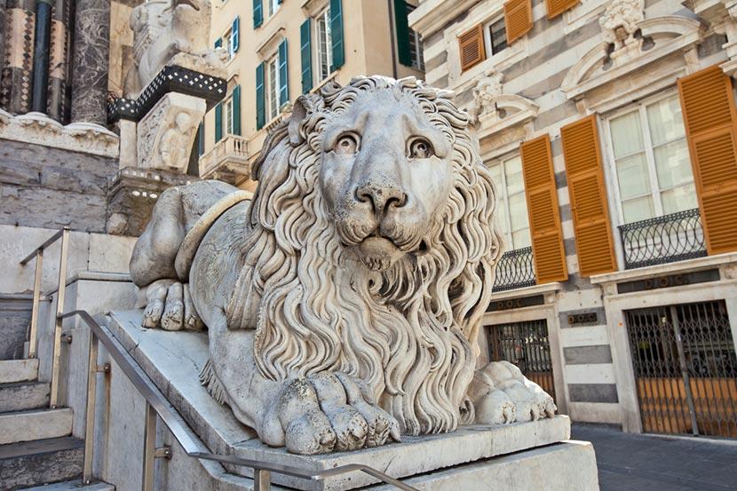 Il leone che sta ai piedi della facciata della Cattedrale di San Lorenzo a Genova