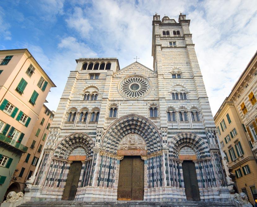 Facciata dell'imponente Cattedrale di San Lorenzo a Genova