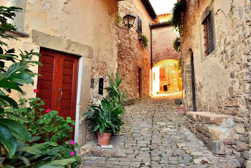Via del centro storico di Montefioralle in Toscana