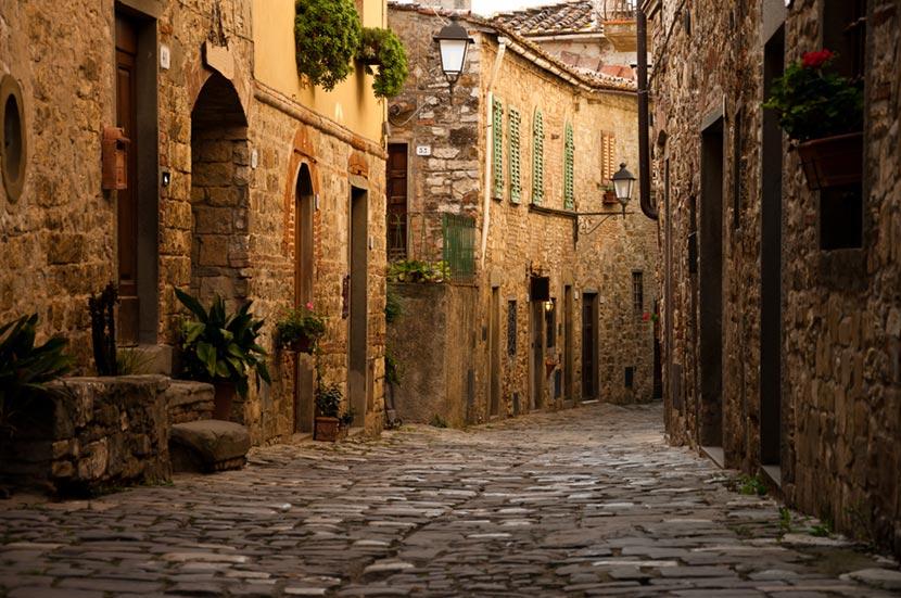 Via del centro storico di Montefioralle in Toscana 2