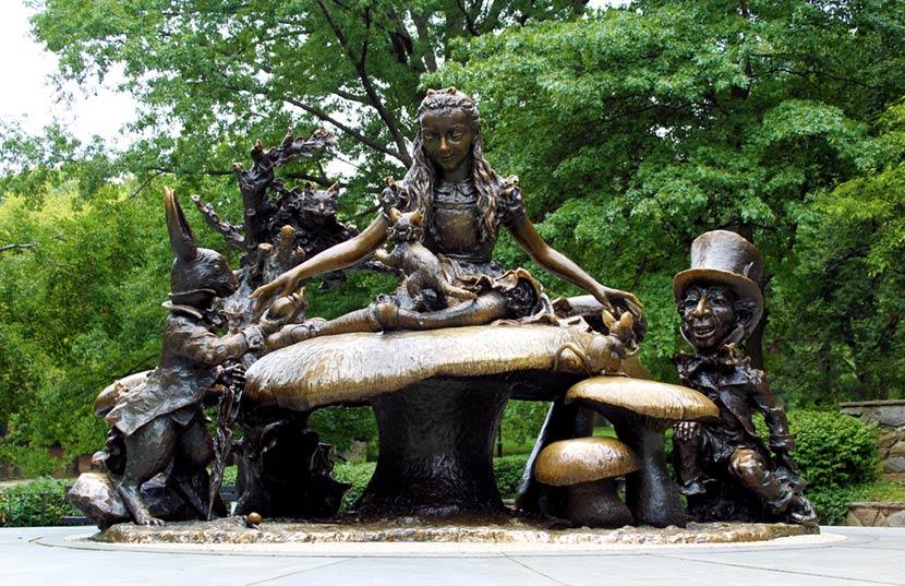 Statua di Alice nel Paese delle Meraviglie
