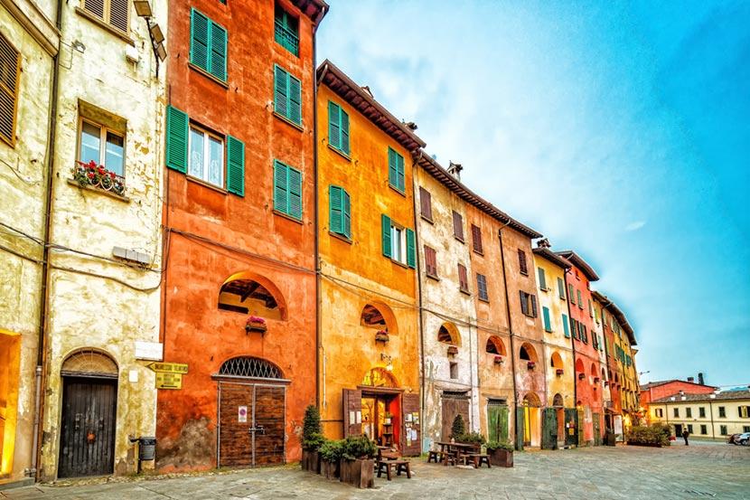 Le casette color pastello sormontate dalla Via degli Asini