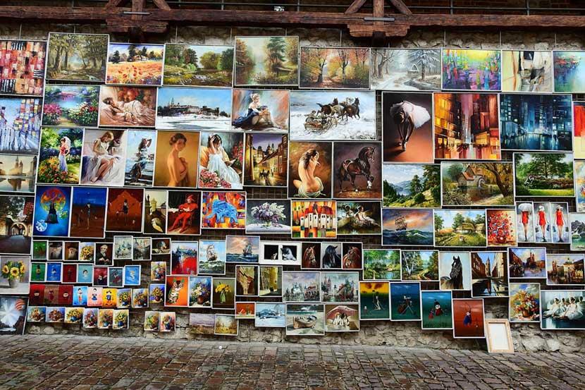Quadri appesi alle pareti di Via San Floriano a Cracovia