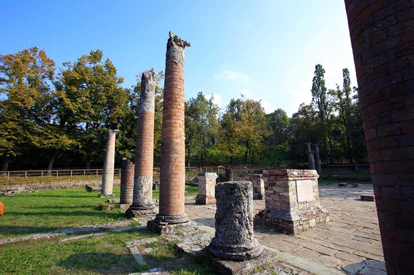 Le colonne del foro della Veleia Romana vicino a Castell'Arquato