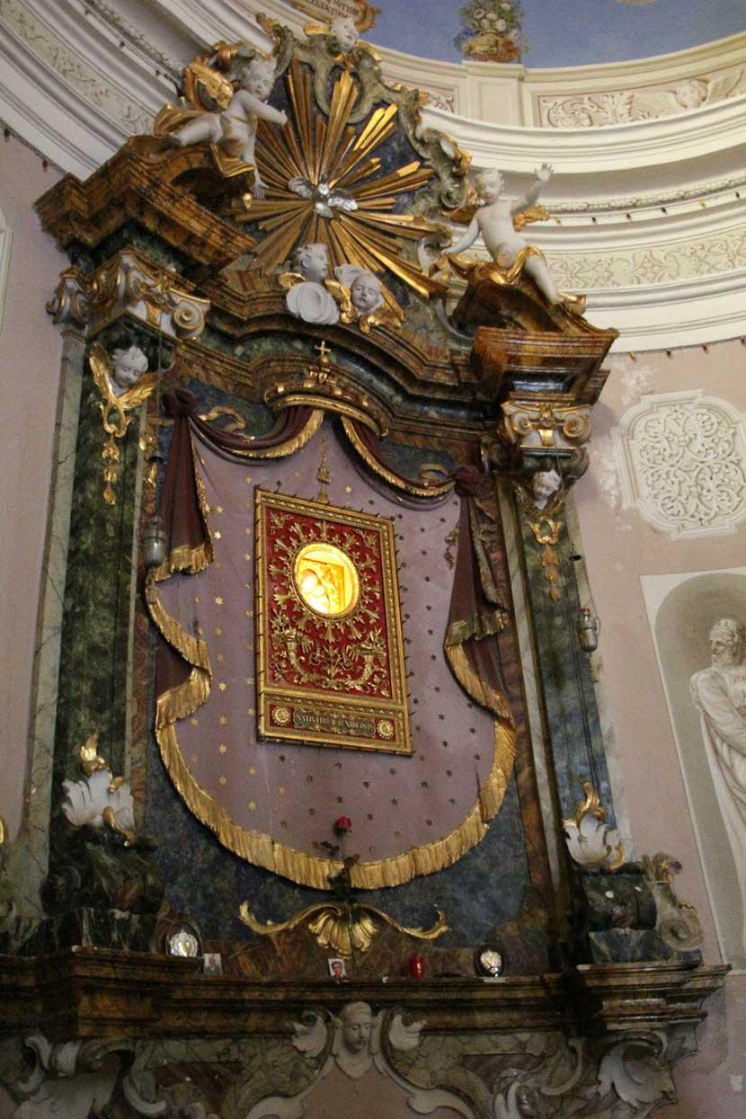 Sacra immagine in terracotta della Vergine Maria all'interno del Santuario della Madonna del Monticino a Brisighella