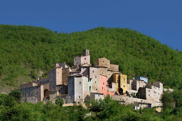 Nel borgo castello di Postignano, Narni sotterranea e le fonti del Clitunno