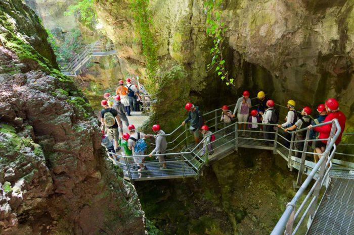 Nella gola del Canyon Rio Sass, il Lago Smeraldo e i formaggi di Fondo